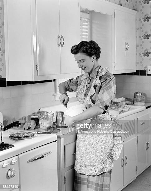 1950s WOMAN HOUSEWIFE IN...