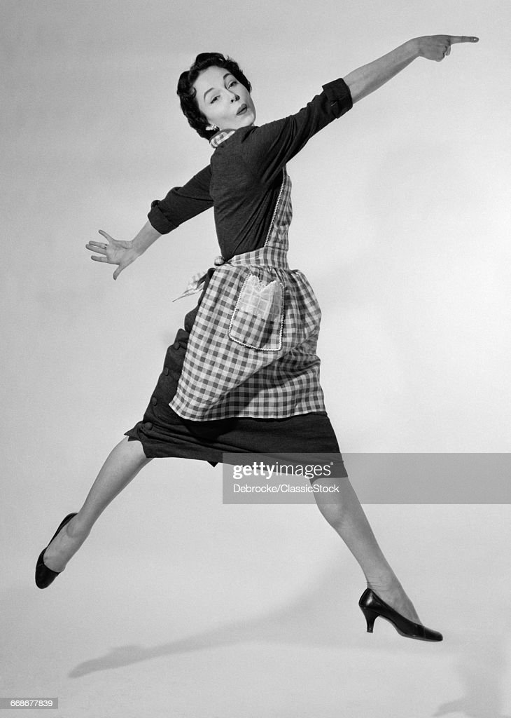 1950s WOMAN HOUSEWIFE IN... : News Photo