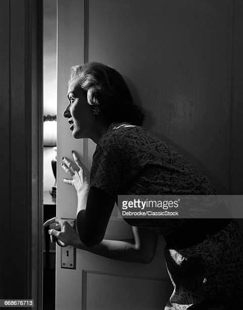 1950s WOMAN PEEKING...