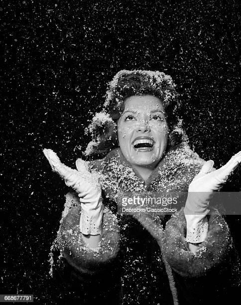 1950s WOMAN WEARING FUR...