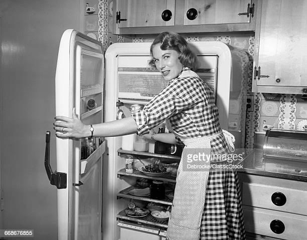 1950s WOMAN WEARING...