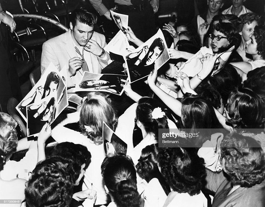 Elvis Presley Signing Autographs : Nachrichtenfoto