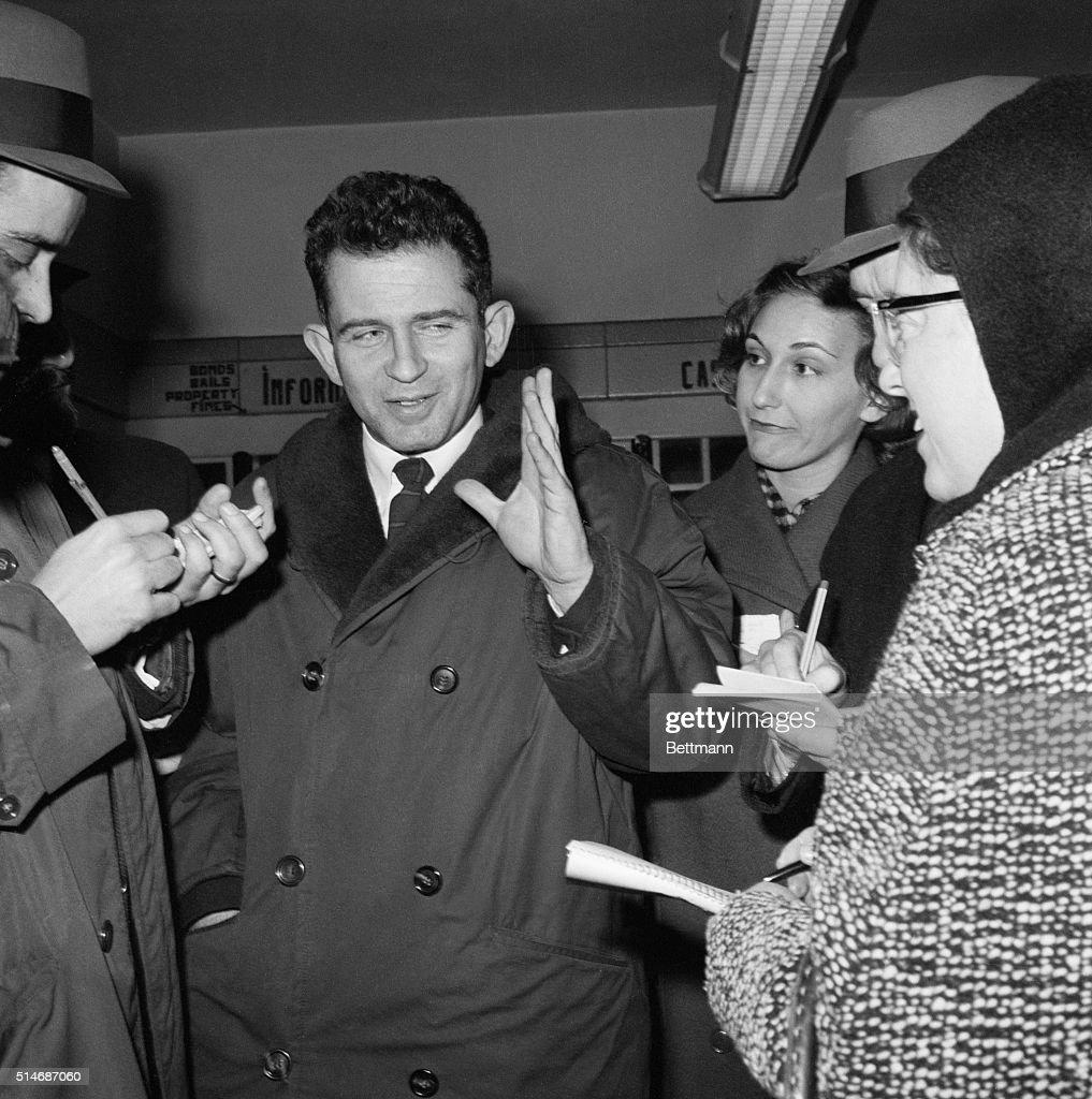 Norman Mailer Giving Press Interview : ニュース写真