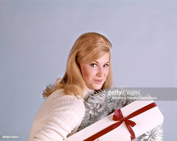 1960s BLONDE WOMAN WEARING...