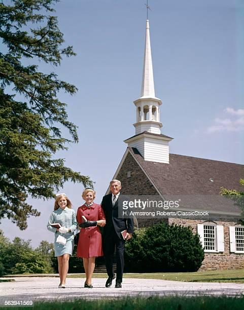 1960s SMILING FAMILY...
