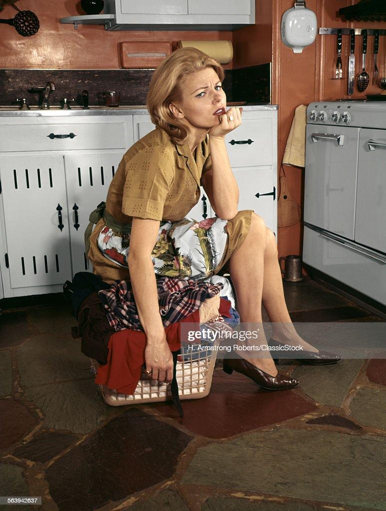 1960s TIRED HOUSEWIFE... : News Photo