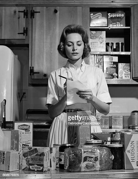 1960s WOMAN HOUSEWIFE IN...