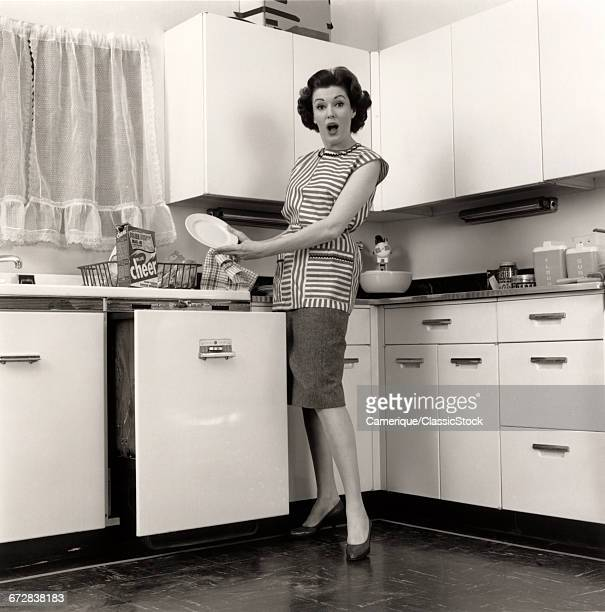 1960s WOMAN HOUSEWIFE...