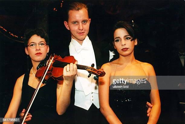 1962Conferencier, Entertainer, Sänger, D- mit Mitwirkenden des Palast-Orchestersin der Show `Meine Herrschaften, Tusch' im Berliner...