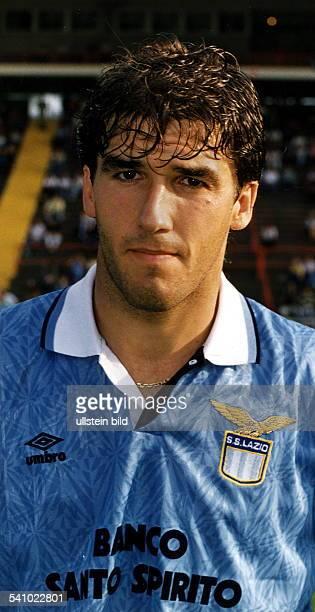 1966Fußballspieler beim VfBStuttgart und Lazio Rom Mitglied derdeutschen Nationalmannschaft Weltmeister 1990Riedle ist im Vereinstrikot von LazioRom...