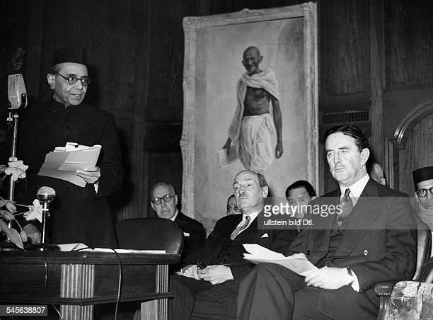 1883 1967Politiker GB1945 1951 MinisterpräsidentFeier zum dritten Jahrestag derUnabhängigkeit Indins im LondonerIndienHaus Vor dem Bild Mahatma...