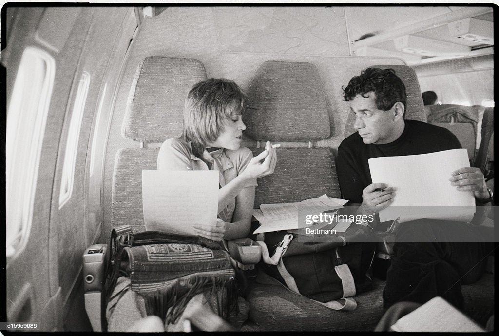 Jane Fonda Smokes with Mark Lane on Plane : Nachrichtenfoto