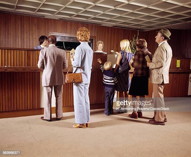 1970s MEN WOMEN CHILD...
