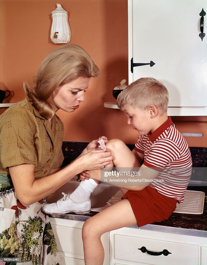 1970s MOTHER GIVING FIRST-A... : News Photo