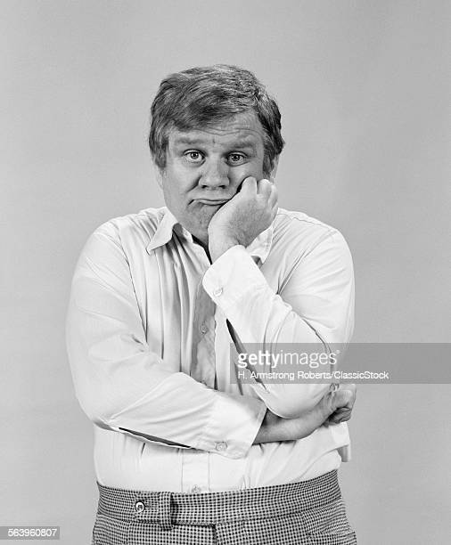 1970s PORTRAIT BORED SAD DEPRESSED MIDDLE AGED MAN RESTING CHIN IN HAND LOOKING AT CAMERA