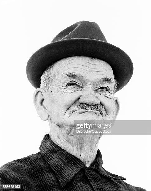 1970s PORTRAIT ELDERLY WRINKLED MAN WEARING FUNNY TOOTHLESS SMILE FACIAL EXPRESSION
