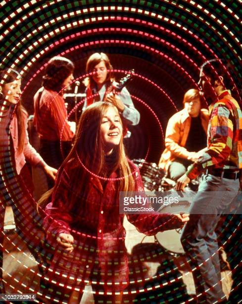 1960S 1970s TEENAGE ROCK BAND GROUP AND BOYS AND GIRLS DISCO DANCING AMID SWIRLING PSYCHEDELIC LIGHTS AND MUSIC