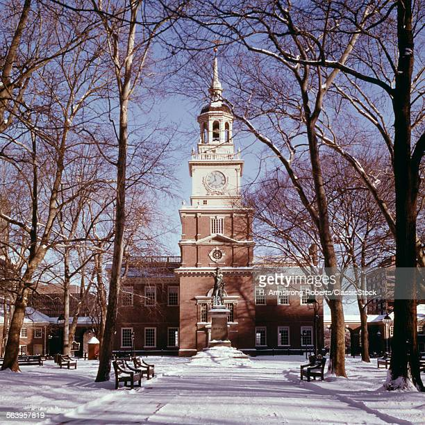 1970s WINTER SNOW AT INDEPENDENCE HALL PHILADELPHIA PA USA