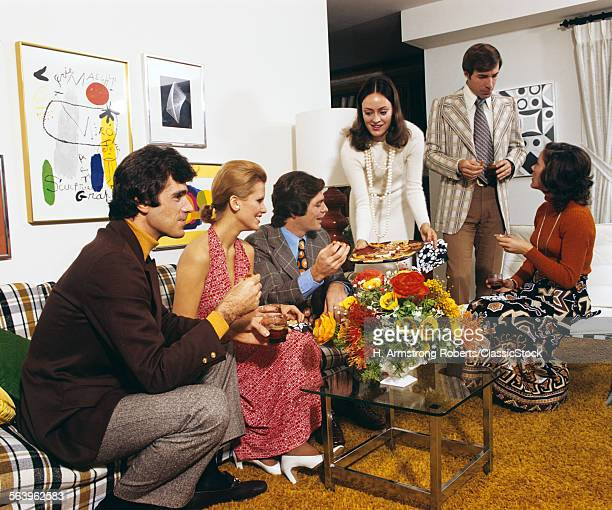 1970s YOUNG ADULT PEOPLE AT HOME PARTY