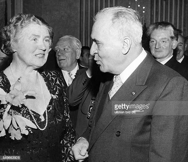 1976Schauspielerin Sängerin Dauf einem ihr zu Ehren gegebenen Empfang mit dem Dirigenten Bruno Walter.- 1955