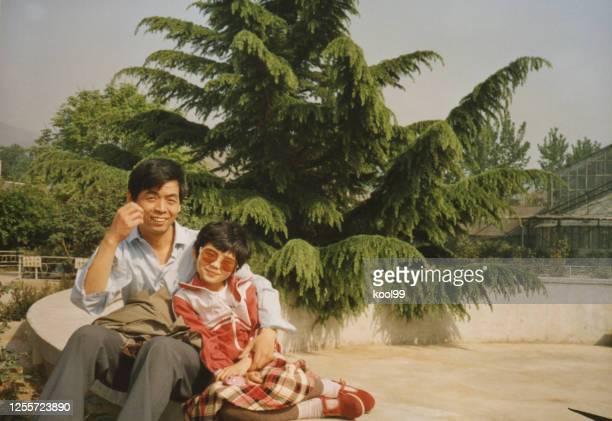 1980er jahre china kleines mädchen und vater fotos des wirklichen lebens - 1980 1989 stock-fotos und bilder