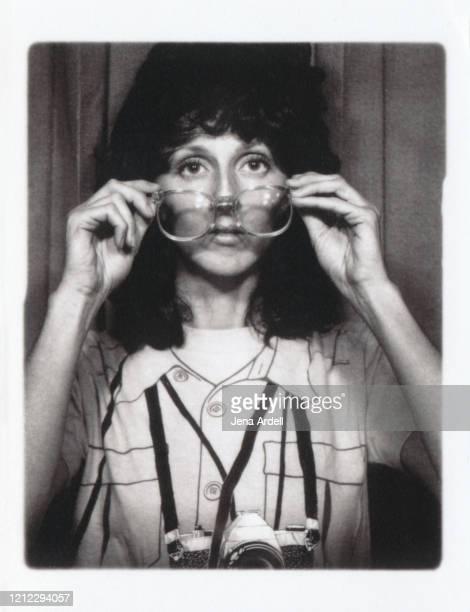 1980s woman wearing glasses, retro eyeglasses - schwarzweiß bild stock-fotos und bilder