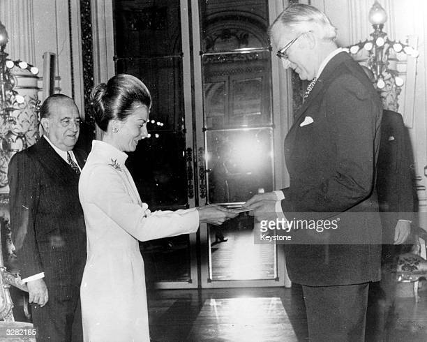 New British ambassador to Argentina Derrick Rosslyn Ashe presents his credentials to Isabel de Peron president of Argentina from 1974 1976 third wife...