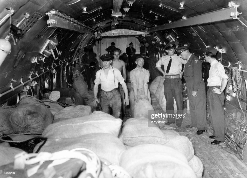 Airlift Plane : News Photo