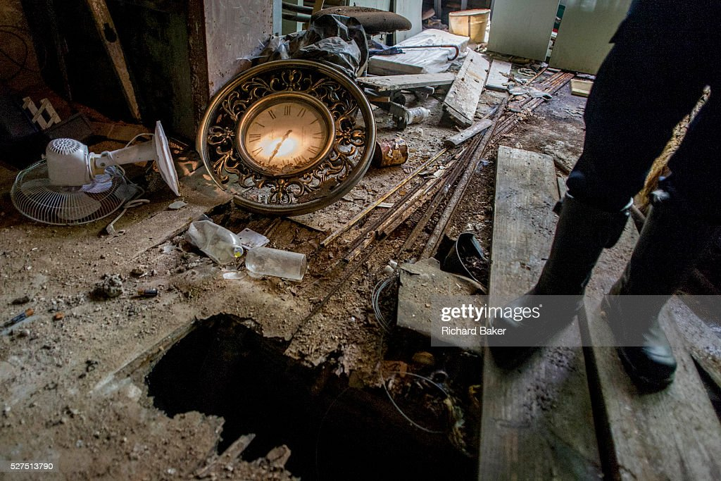 USA - New York - Building inspector in condemned building : News Photo
