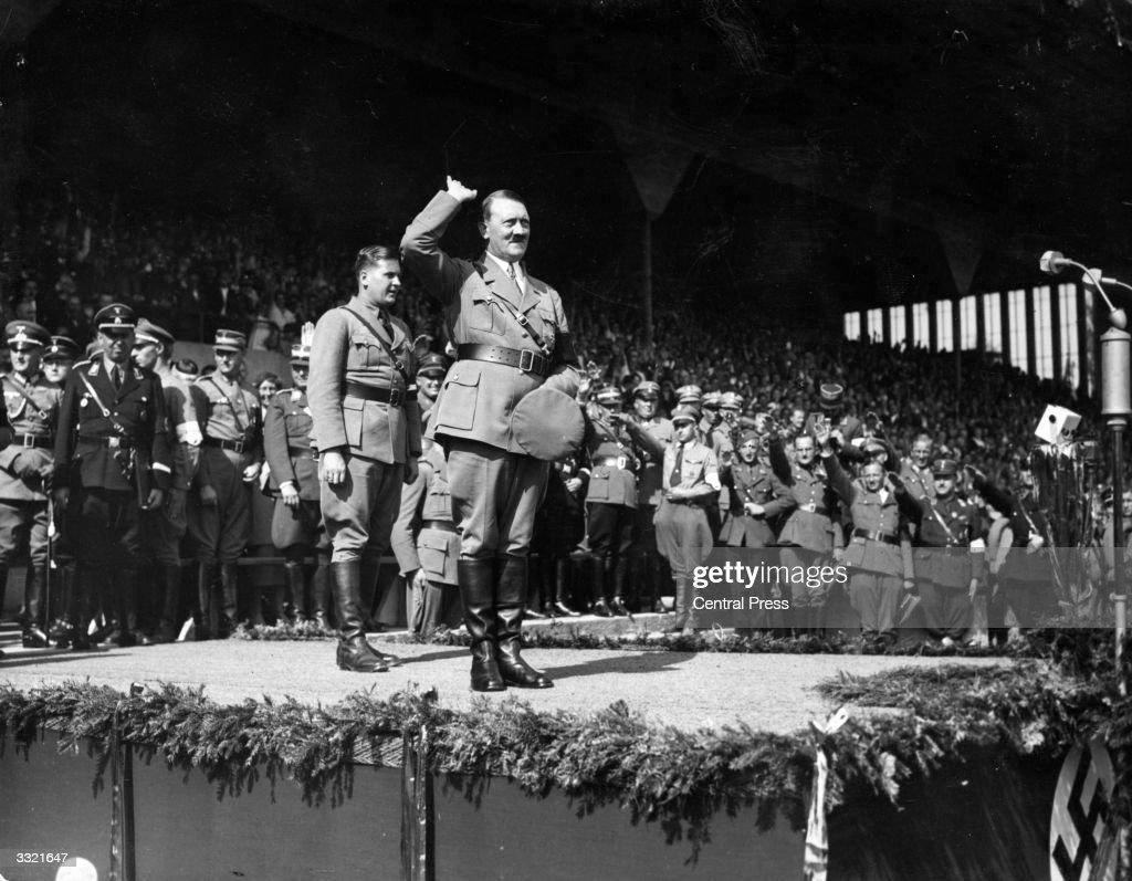 German chancellor Adolf Hitler salutes a crowd of 60,000 at a Hitler... Photo d'actualité ...