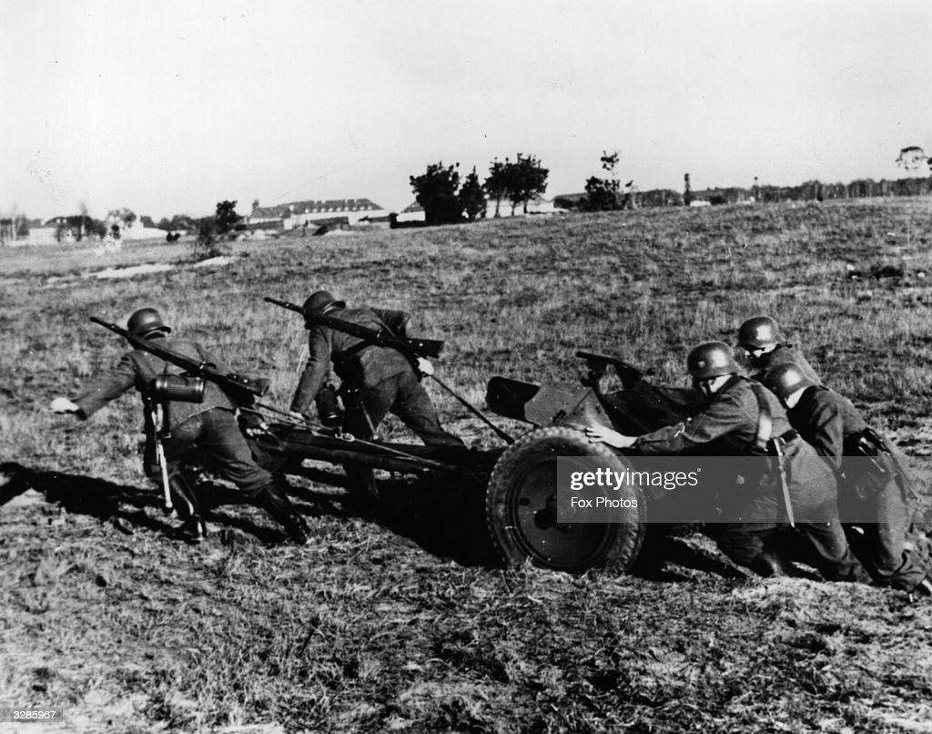 german soldiers pushing and pulling an anti tank gun developed by