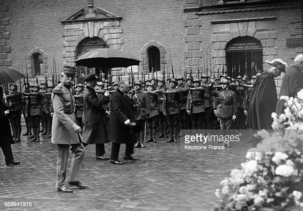 Le president Doumergue arrivant a la Fete de Jeanne d'Arc une troupe de soldats presentant les armes en arriereplan le 1er mai 1929 a Orleans en...