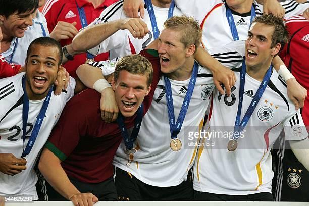 FIFA WM 2006 Spiel um Platz 3 StuttgartDeutschland Portugal 31Mannschaftsfoto der deutschen Nationalmannschaft vl feiern David Odonkor Lukas Podolski...