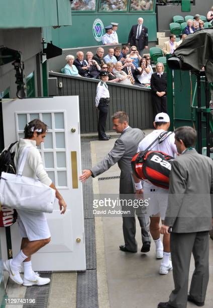 1st DAY. RODGER FEDERER BEFORE HIS FIVE SET MATCH WITH ALEJANDRO FALLA WALKS ON COURT.