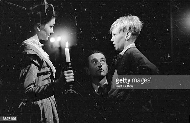 13yearold schoolboy Anthony Wager plays the young Pip and Jean Simmons the young Estella in the Cineguild film adaptation of Dickens' novel 'Great...