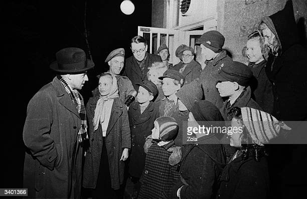 John Hynd British minister for the civil administration of the British zone in Germany supervises the evacuation of 25000 children from Berlin to the...