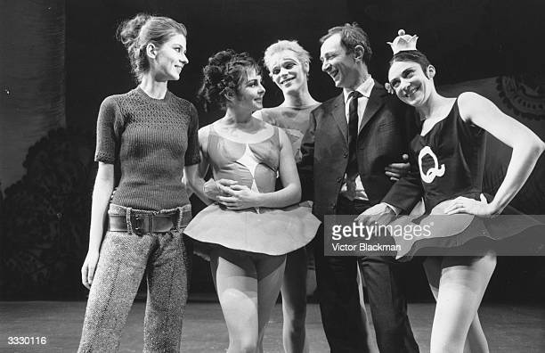 From left to right Dorothee Zipple Lynn Seymour Christopher Gable John Cranko and Annette Page at a rehearsal for the ballet 'Card Game'