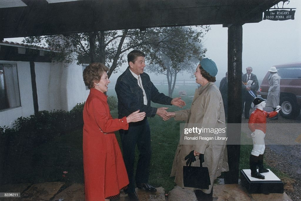 A Reagan Welcome : News Photo