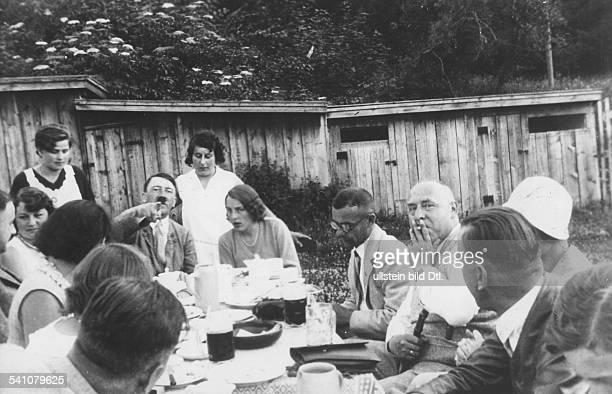 Politiker, NSDAP, D- am Kaffeetisch in einem Gartenrestaurantvon links: Hermann Esser, Hitlers NichteAngela Raubal, Hitler, LotteMüller, Tochter des...