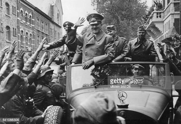 *20041889Politiker NSDAP D auf der Fahrt durch Ypern im Fond desWagens Hauptmann Gerhard Engel Adjutantdes Heeres bei Hitler und derpersönliche...