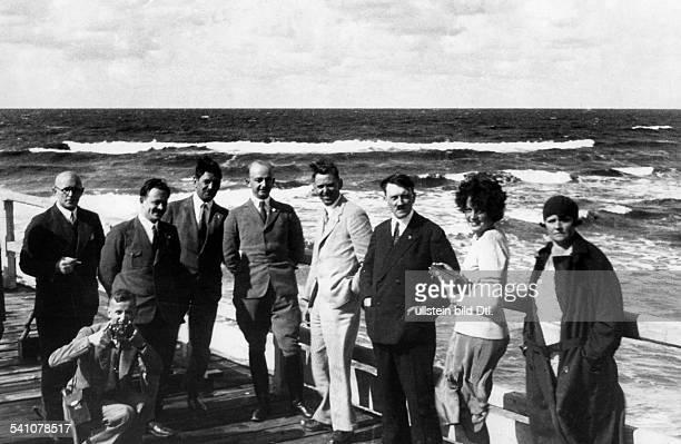 *20041889Politiker NSDAP D auf einer Promenade an der Nordseenach rechts die Nichte Angela Raubal und ihre Mutter Hitlers Halbschwester ebenfalls mit...