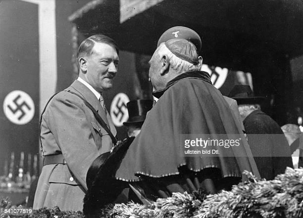 *20041889Politiker NSDAP D begrüsst den Apostolischen Nuntius inBayern Alberto Vasallo di Torregrossaauf der Festtribüne anlässlich des 'Tagesder...