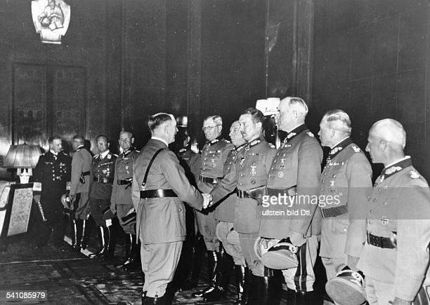 *20041889Politiker NSDAP D begrüsst die in der Reichstagssitzungvom ernannten Generaloberstenin der Reichskanzlei in Berlin von rechtsHermann Hoth...