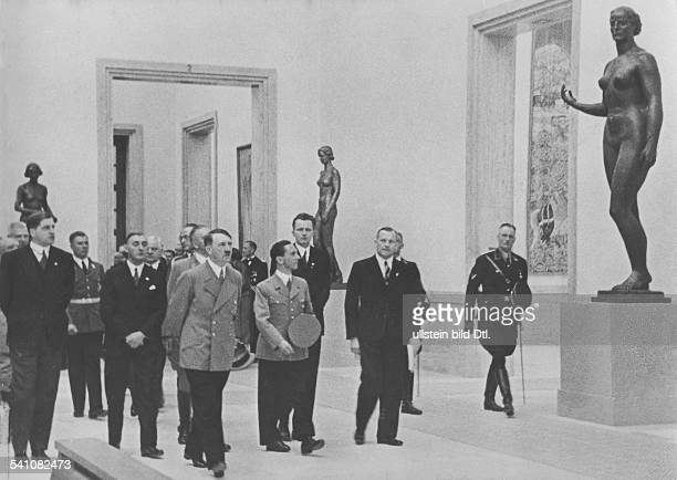 *20041889Politiker NSDAP D beim ersten Rundgang durch die 'Grosse Deutsche Kunstausstellung' im Haus der Deutschen Kunst in München von links August...