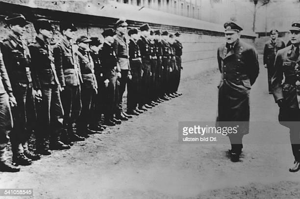 *20041889Politiker NSDAP D im Garten der Reichskanzlei in Berlinbeim Abschreiten einer Formation vonAngehörigen der HitlerJugend diefür ihre...