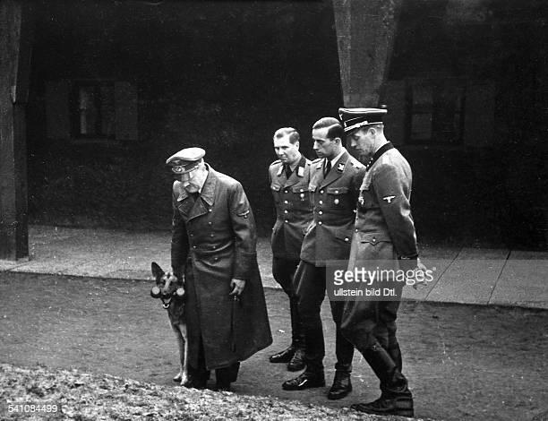 *20041889Politiker NSDAP D im Gelände des Führerhauptquartiers'Wolfsschanze' bei Rastenburg inOstpreussen in der Gruppe BegleitarztDr Karl Brandt...