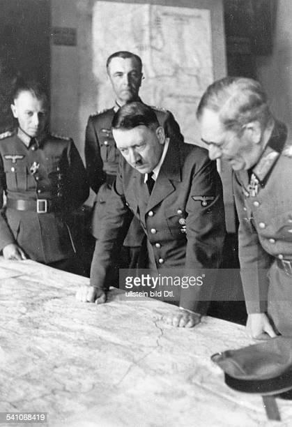*20041889Politiker NSDAP D im Hauptquartier der Heeresgruppe Südin Poltawa Hitler im Gesprächmit Generaloberst Maximilian Frhr vWeichs am Kartentisch...
