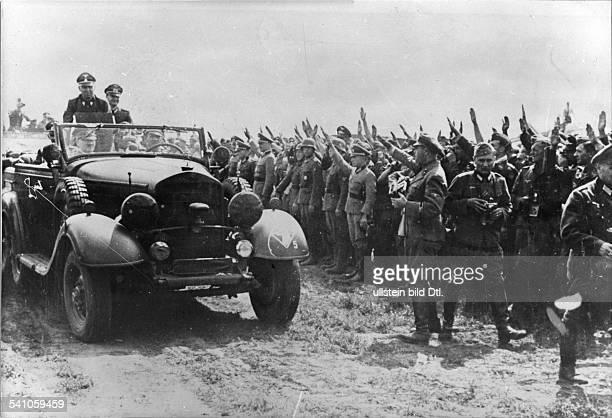 *20041889Politiker NSDAP D im Mercedes Geländewagen bei derVorbeifahrt vor grüssenden Soldaten derHeeresgruppe Süd bei Berditschew neben Hitler...