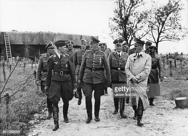 *20041889Politiker NSDAP D in der MaginotLinie neben Hitler zuidentifizieren ReichsleiterMartin Bormann Luftwaffen AdjutantNicolaus v Below...