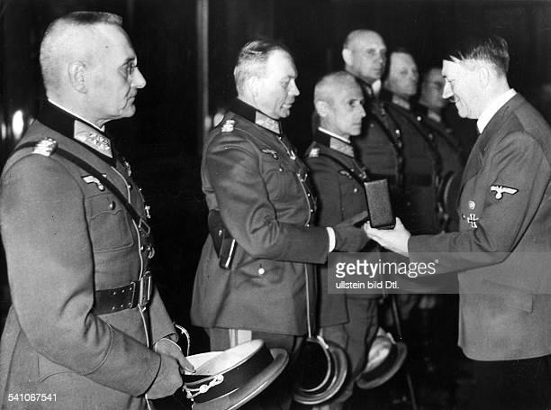*20041889Politiker NSDAP D in die Reichskanzlei in Berlin bei derVerleihung des Ritterkreuzes an dieGenerale Franz Halder Heinz GuderianHermann Hoth...